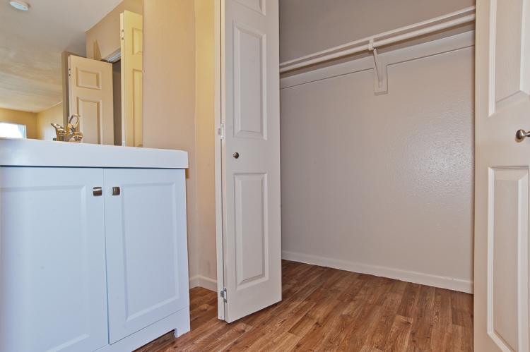 Acacia - Full Size Closet